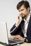 Portret van het jonge bedrijfsmens communiceren stock afbeelding