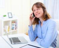 Portret van het jonge bedrijfsvrouw spreken op telefoon Stock Foto's