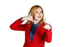 Portret van het jonge bedrijfsvrouw tonen die handteken tonen als Royalty-vrije Stock Afbeelding