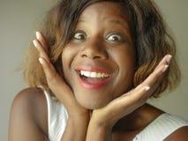Portret van het jonge gelukkige en mooie zwarte Afrikaanse Amerikaanse vrouw stellende charmeren en het speelse het glimlachen vr royalty-vrije stock foto's