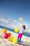 Portret van het jonge gelukkige meisje lopen door zandstrand op Se Royalty-vrije Stock Foto's