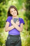 Portret van het jonge het lachen boek van de vrouwenlezing stock fotografie