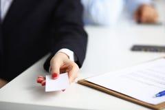 Portret van het jonge lege witte adreskaartje van de bedrijfsvrouwenholding Stock Afbeelding