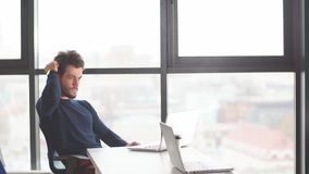 Portret van het jonge mannelijke student werken bij het gebruiken van laptop stock videobeelden
