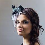 Portret van het jonge meisje in hoed met sluier. Royalty-vrije Stock Afbeeldingen