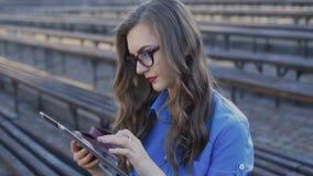 Portret van het jonge meisje van het lezingsnieuws in de tablet stock videobeelden