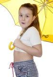 Portret van het jonge meisje met een paraplu op een witte achtergrond. royalty-vrije stock afbeelding