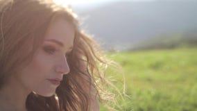 Portret van het jonge modieuze manierpaar stellen in de zomerzonsondergang stock video