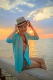 Portret van het jonge mooie Aziatische vrouw lachen en het ontspannen van w royalty-vrije stock afbeeldingen