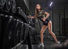 Portret van het jonge mooie Aziatische vrouw uitwerken bij de gymnastiek Stock Foto's