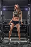 Portret van het jonge mooie Aziatische vrouw uitwerken bij de gymnastiek Royalty-vrije Stock Fotografie