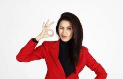 Portret van het jonge mooie bedrijfsvrouw tonen die hand tonen royalty-vrije stock fotografie