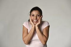 Portret van het jonge mooie en gelukkige Latijnse gezicht van de vrouwenholding met handen met grote toothy glimlach Royalty-vrije Stock Afbeelding
