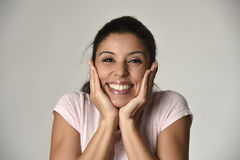 Portret van het jonge mooie en gelukkige Latijnse gezicht van de vrouwenholding met handen met grote toothy glimlach Stock Foto's