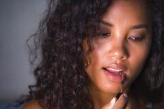 Portret van het jonge mooie en natuurlijke gemengde Kaukasisch behoren tot een bepaald ras en afro Amerikaanse vrouw die make-up  stock foto
