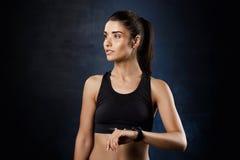 Portret van het jonge mooie sportieve meisje stellen over donkere achtergrond Royalty-vrije Stock Foto's