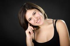 Portret van het jonge mooie vrouw spreken op telefoon Royalty-vrije Stock Afbeelding