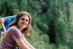 Portret van het jonge vrouw glimlachen en het zitten in gezichtspunt in stock afbeelding
