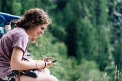 Portret van het jonge vrouw glimlachen en het zitten in gezichtspunt in stock foto's
