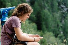 Portret van het jonge vrouw glimlachen en het zitten in gezichtspunt in stock fotografie