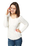 Portret van het jonge vrouw kijken over glazen isolatie Stock Foto's
