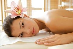Portret van het jonge vrouw ontspannen op massagelijst stock afbeeldingen