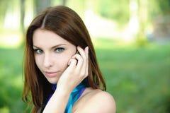 Portret van het jonge vrouw spreken Stock Foto