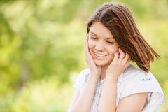 Portret van het jonge vrouw spreken op mobiel Stock Afbeelding