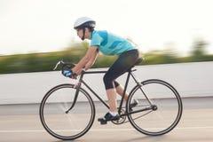 Portret van het jonge vrouwelijke atleet rennen op een fiets. motie blurre Royalty-vrije Stock Foto's