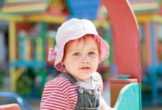 Portret van het kind van twee jaar bij speelplaats Royalty-vrije Stock Foto's