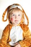 Portret van het kleine jongenskonijntje met mismoedige oren royalty-vrije stock afbeeldingen