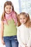 Portret van het kleine zusters glimlachen Stock Afbeelding