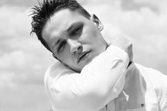 Portret van het knappe jonge mens model stellen bij daglicht royalty-vrije stock afbeelding