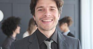 Portret van het knappe zakenman glimlachen stock video