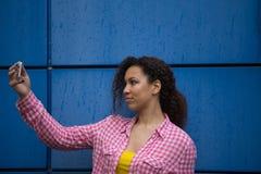 Portret van het koele jonge Afrikaanse Amerikaanse vrouw nemen selfie stock foto's