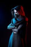 Portret van het kostuumreplica van Darth Vader met greephand en zijn zwaard Royalty-vrije Stock Foto's