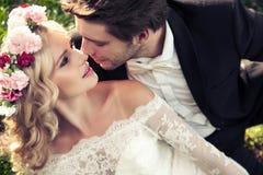 Portret van het kussende huwelijkspaar Royalty-vrije Stock Fotografie