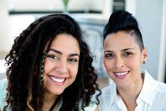 Portret van het lesbische paar glimlachen Stock Afbeelding