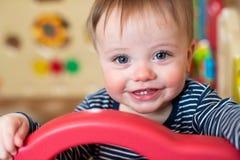 Portret van het Leuke Babyjongen Kijken uit Spel Pen And Smiling At Camera royalty-vrije stock afbeelding