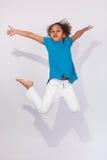 Portret van het Jonge Afrikaanse Amerikaanse meisje springen Royalty-vrije Stock Fotografie