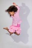 Portret van het Jonge Afrikaanse Amerikaanse meisje springen Stock Fotografie