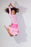 Portret van het Jonge Afrikaanse Amerikaanse meisje springen Stock Afbeelding
