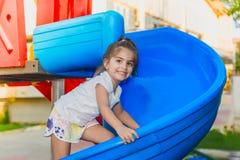 Portret van het leuke meisje beklimmen op schuiven stock foto