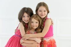 Portret van het leuke meisjes stellen Stock Foto