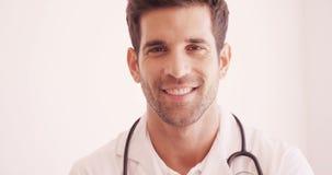Portret van het mannelijke arts glimlachen stock videobeelden