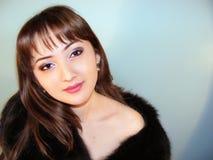 Portret van het meisje in bontjas Stock Fotografie