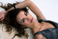 Portret van het meisje dat op een huid ligt Stock Afbeelding