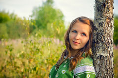 Portret van het meisje dichtbij een berk op natuurlijke achtergrond stock fotografie