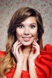 Portret van het meisje in een rode kleding Royalty-vrije Stock Foto's