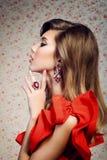 Portret van het meisje in een rode kleding Stock Fotografie